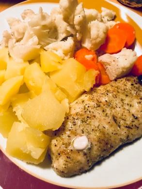 Fisch mit Gemüse und Kartoffen